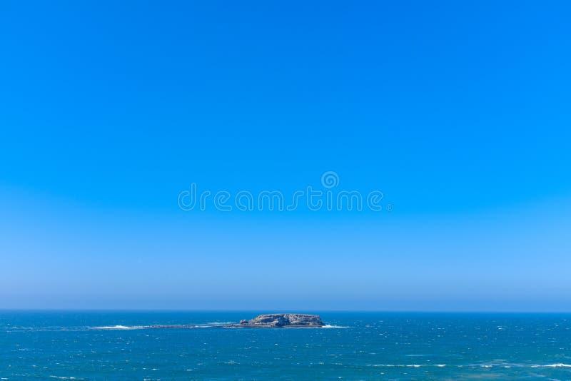 Rots in een oceaan stock afbeeldingen