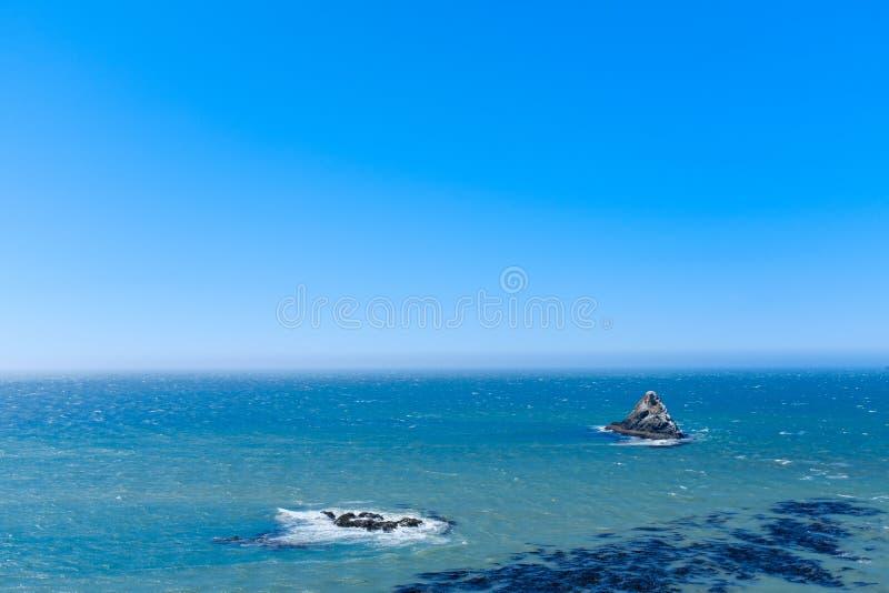 Rots in een oceaan royalty-vrije stock foto