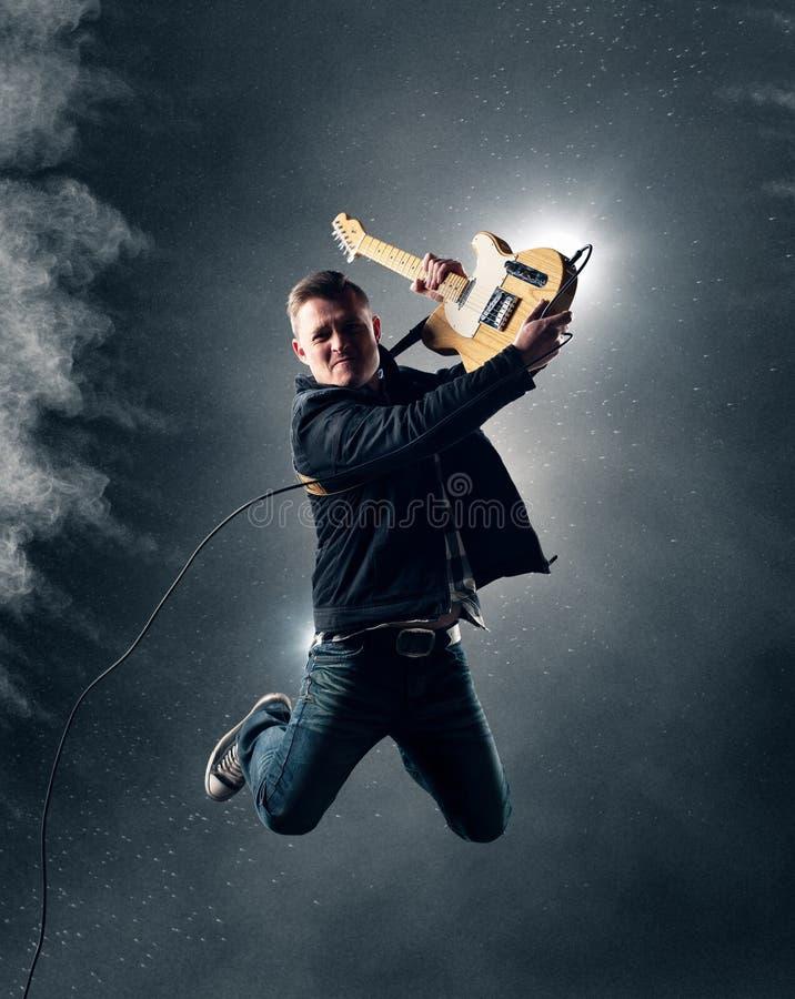 Rots - en - broodjesgitarist het springen royalty-vrije stock foto's