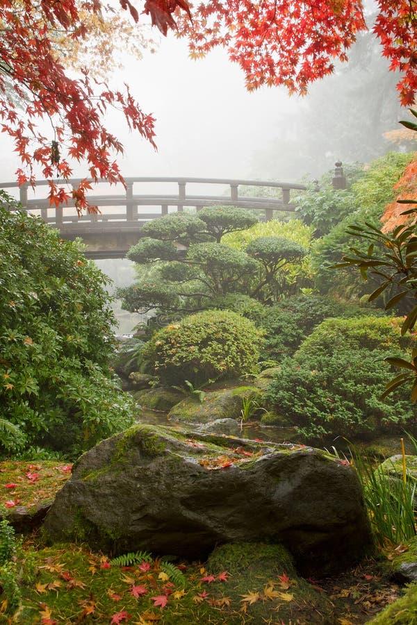 Rots en Brug bij Japanse Tuin royalty-vrije stock afbeeldingen