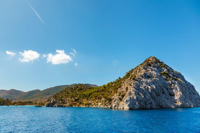 Rots in het Egeïsche Overzees Rocky Island Het rotsachtige eiland van de kustslang stock afbeeldingen