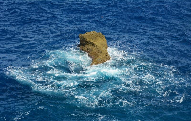 Rots in het overzees (Saipan) stock afbeeldingen