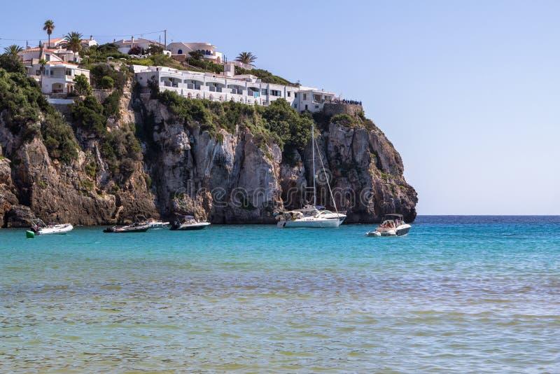 Rots op het Cala Engelse Portiersstrand, Menorca, Spanje stock foto's