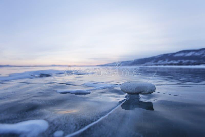 Rots op ijs van Meer Baikal stock foto