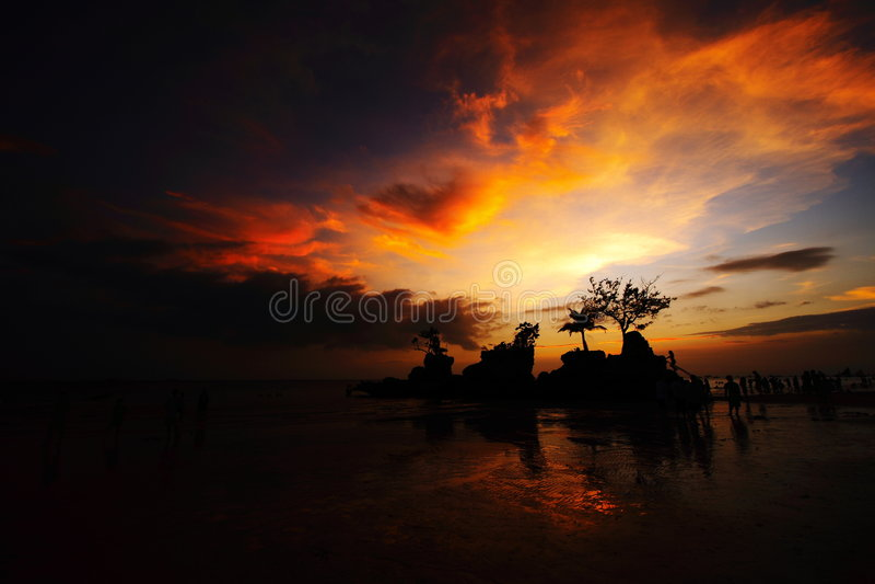 Rots in strandsilhouet royalty-vrije stock afbeeldingen