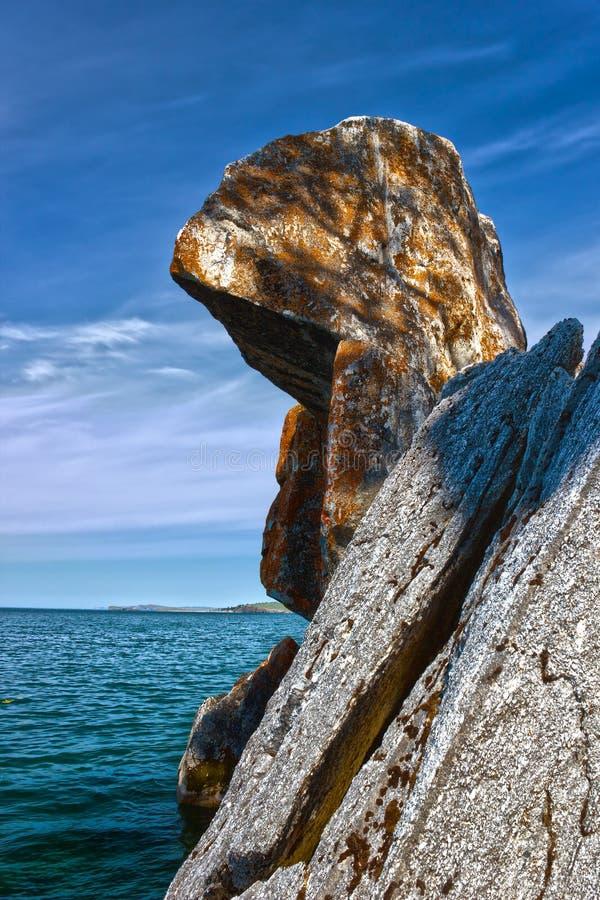 Rots op lakeshore Baikal. HDR stock afbeeldingen