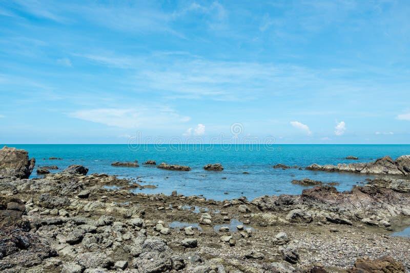 Rots van overzeese koraal en ertsader met mooie hemel royalty-vrije stock foto