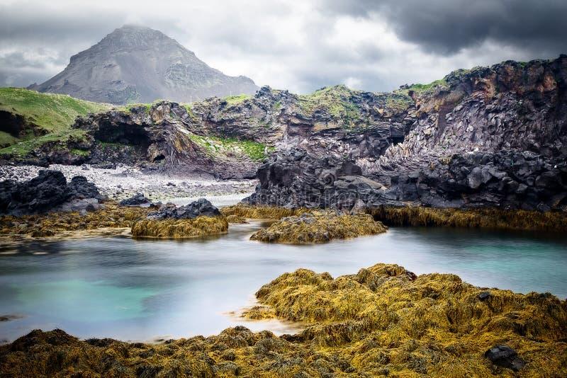 Rotsachtig de kustlandschap van IJsland royalty-vrije stock afbeeldingen