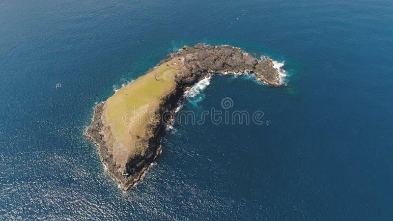 Rotsachtig eiland in de oceaan stock fotografie