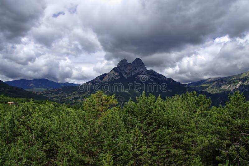 Rotsachtig en bewolkt landschap van de Gresolet-berg spanje royalty-vrije stock foto's