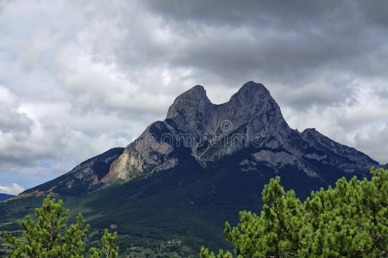 Rotsachtig en bewolkt landschap van de Gresolet-berg, Spanje royalty-vrije stock afbeeldingen
