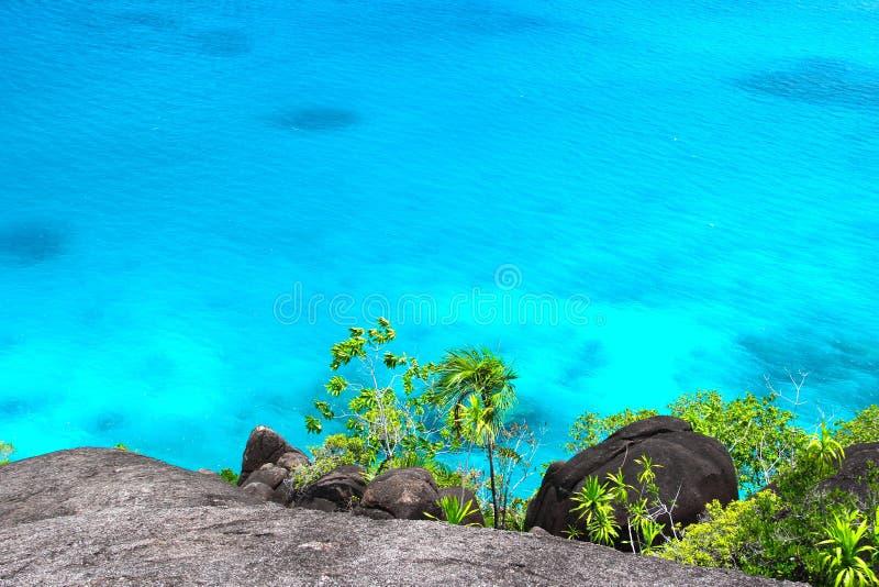 Rotsachtig landschap in de Seychellen met zeewater stock foto