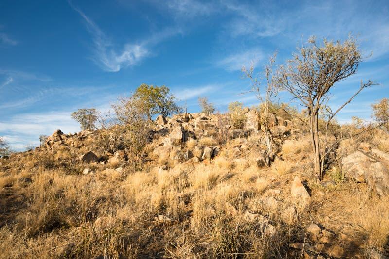 Rotsachtig landschap van Namibian Kunene-Gebied tijdens de winterzonsondergang royalty-vrije stock foto's