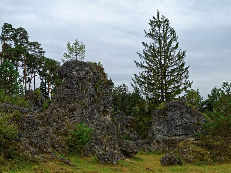Rotsachtig landschap van Wental bij daling stock afbeelding