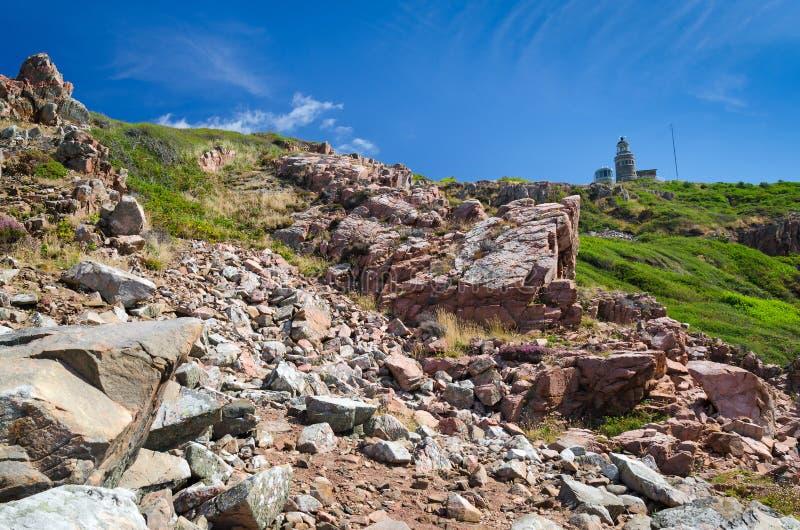 Rotsachtig panoramalandschap met kustvuurtoren royalty-vrije stock foto