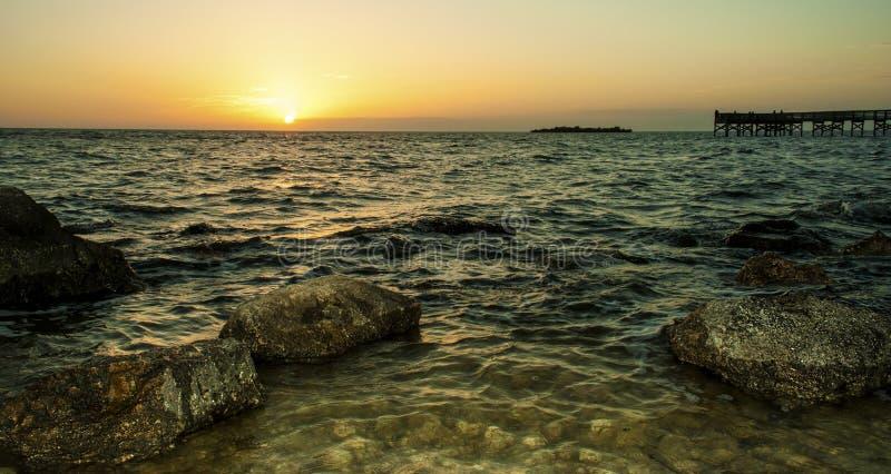 Rotsachtig Strand bij Schemer stock afbeeldingen