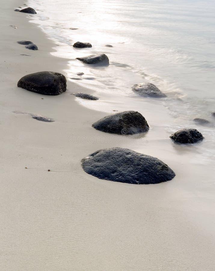 Rotsachtig Strand bij Zonsondergang royalty-vrije stock foto's