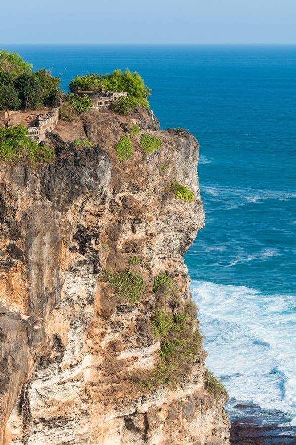 Rotsachtig strand dichtbij tempel Ulawatu royalty-vrije stock afbeeldingen