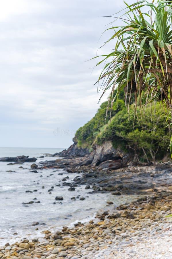Rotsachtig strand in Koh Lanta stock fotografie