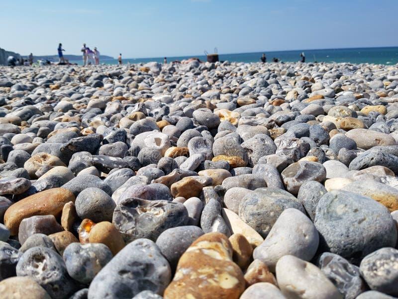 Rotsachtig strand op Engels Kanaal, de kant van Frankrijk royalty-vrije stock foto