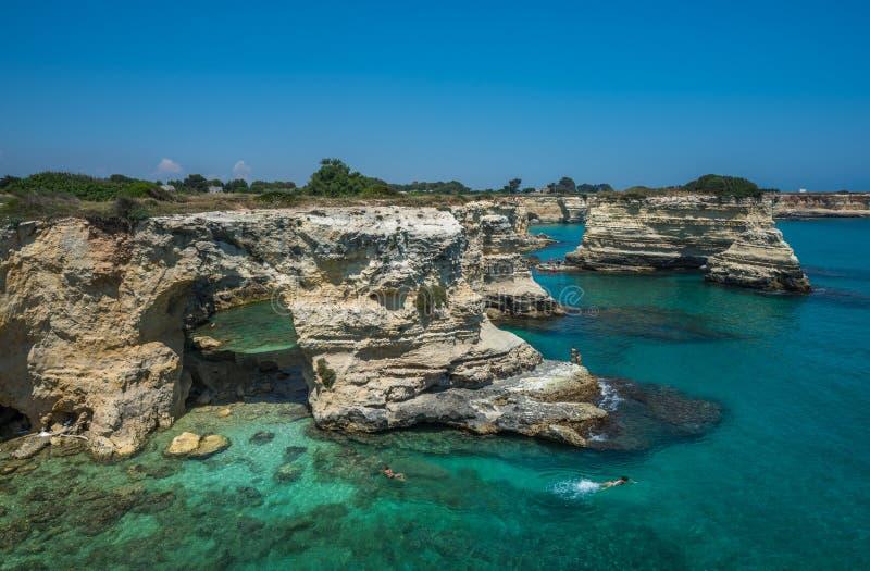 Rotsachtig strand in Puglia, Torre Sant'Andrea, Italië royalty-vrije stock afbeelding