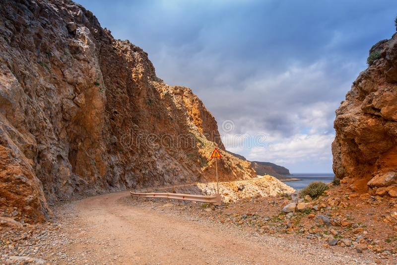 Rotsachtig van weg op Kreta op de manier aan Balos-strand royalty-vrije stock foto's
