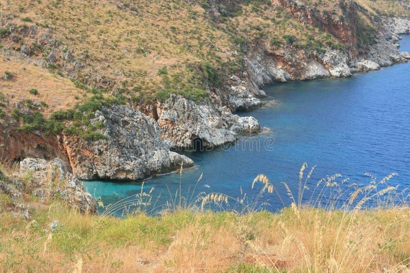 Rotsachtige baai op de kust van Sicilië stock foto's