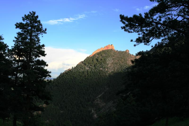 Rotsachtige berg in Denver Weergeven van één berg aan andere bij zonsondergang royalty-vrije stock foto