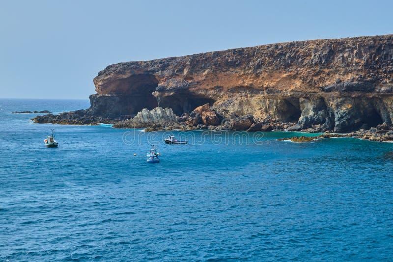 Rotsachtige berg en onder Cuevas DE Ajuy in Fuerteventura stock afbeeldingen