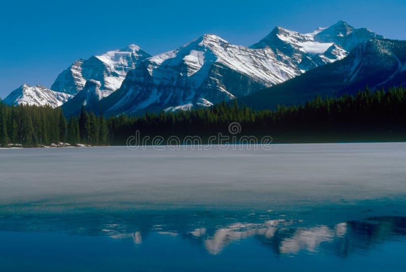 Rotsachtige bergen stock afbeelding