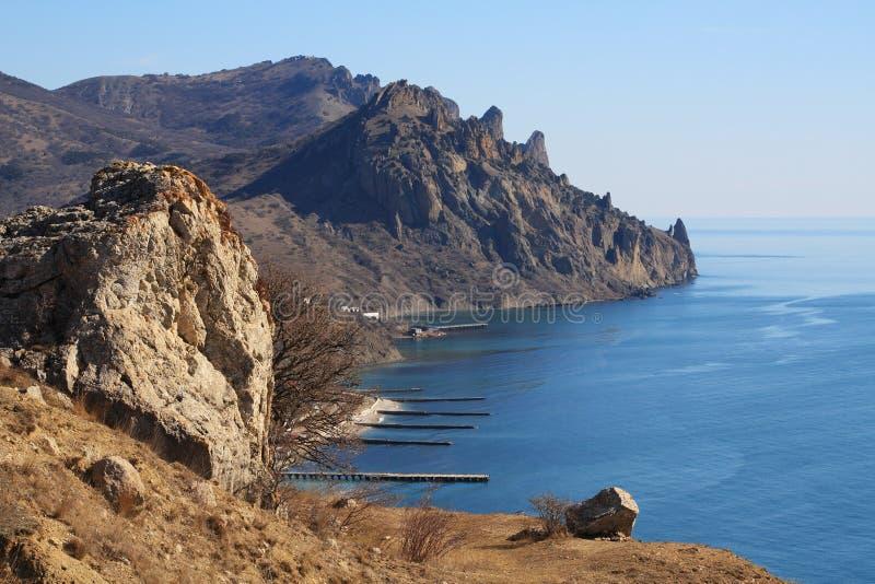 Rotsachtige bergen en het overzees. Foto 3371 royalty-vrije stock afbeeldingen