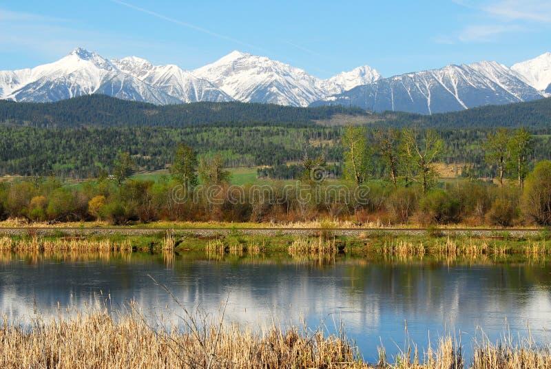Rotsachtige bergen en rivier royalty-vrije stock fotografie