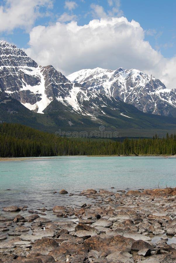 Rotsachtige bergen en rivier royalty-vrije stock foto