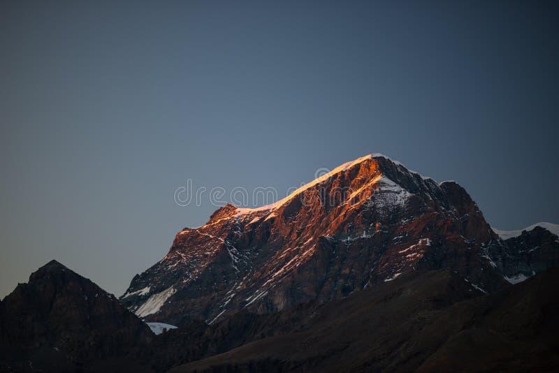 Rotsachtige bergpieken, randen en valleien, de Alpen bij zonsondergang Extreem terreinlandschap bij hoge hoogte, toneelreisdestin stock foto