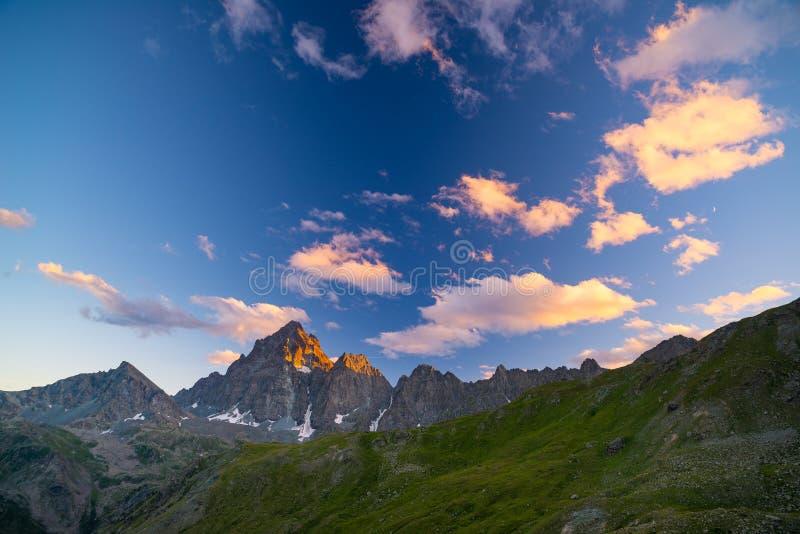 Rotsachtige bergpieken, randen en valleien, de Alpen bij zonsondergang Extreem terreinlandschap bij hoge hoogte, toneelreisdestin royalty-vrije stock fotografie