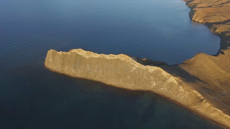 Rotsachtige de baai luchtmening van de bergkust schot Mooi landschap Blauw duidelijk oceaanzeewater naast klip Korfu Griekenland royalty-vrije stock foto