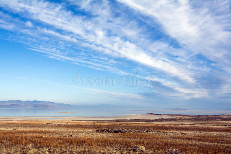 Rotsachtige die bergen in Great Salt Lake worden weerspiegeld en cloudscape stock foto