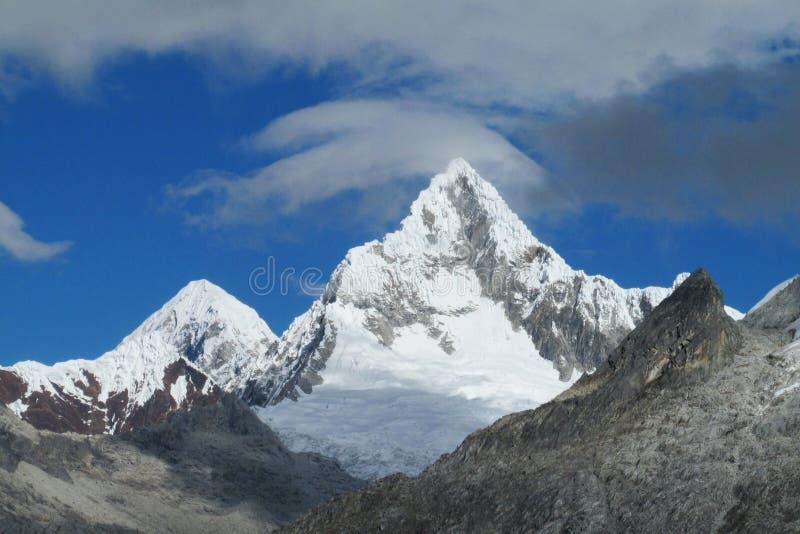 Rotsachtige en sneeuwijs behandelde bergketen van Cordillerablanca in de Andes royalty-vrije stock fotografie