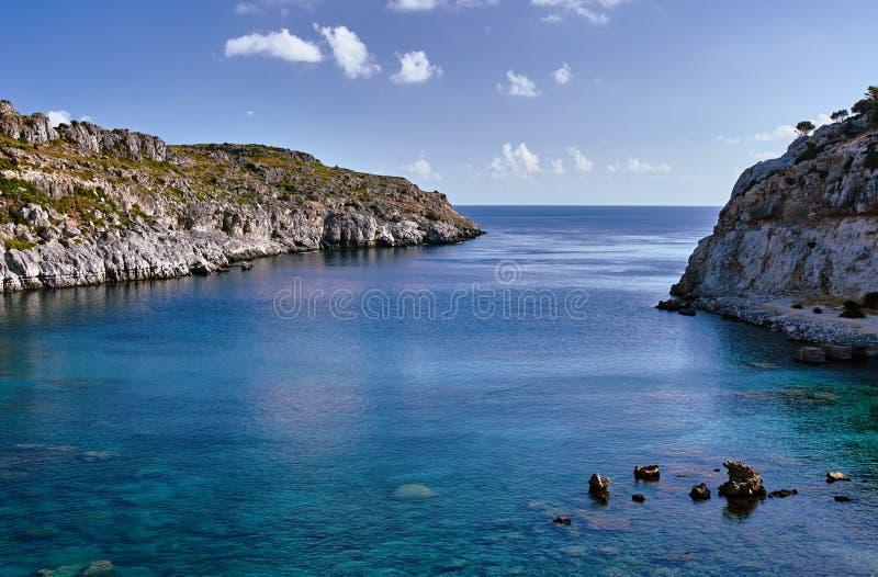 Rotsachtige klip bij de rand van de Middellandse Zee stock fotografie