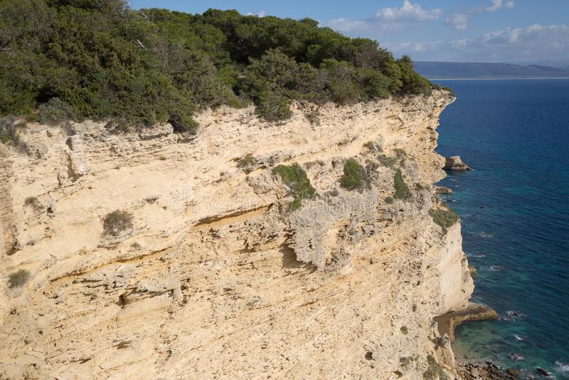 Rotsachtige klippen op de Atlantische kust van Andalucian stock foto