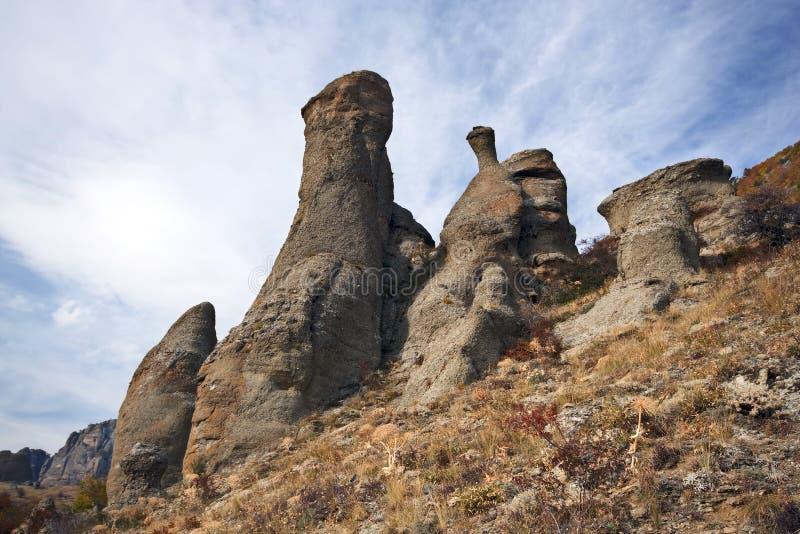 Rotsachtige kolommen in de bergen van de Krim. Wild landschap. royalty-vrije stock afbeelding