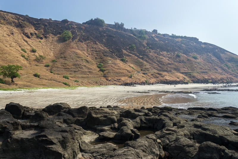 Rotsachtige kust in Azië stock afbeelding