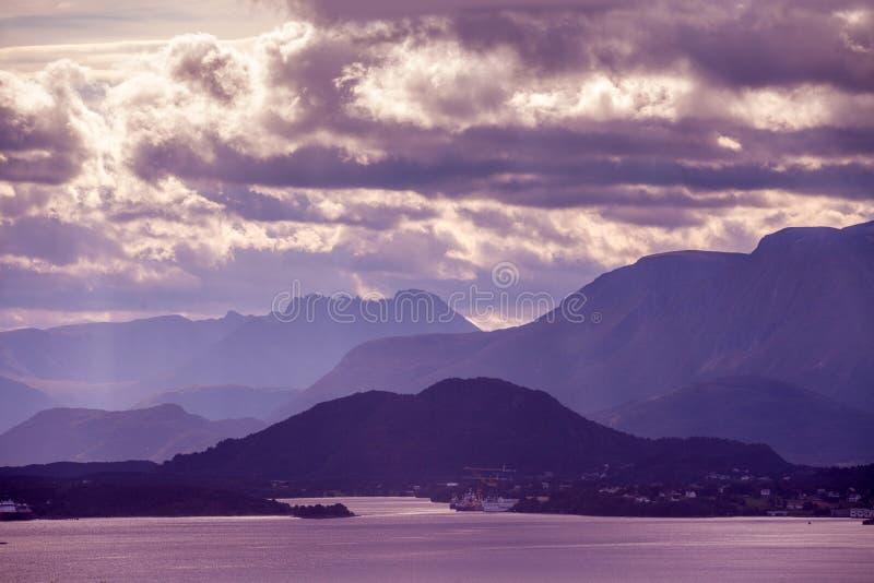 Rotsachtige Kust Bergbovenkant met bewolkte hemel wordt geschetst die royalty-vrije stock afbeeldingen