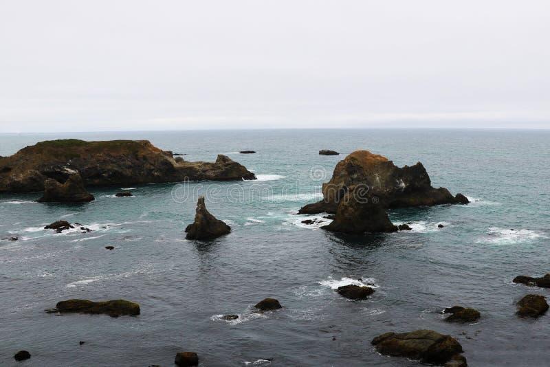 Rotsachtige kust in de Vreedzame Oceaan in Californië, Staten van Amerika royalty-vrije stock afbeelding