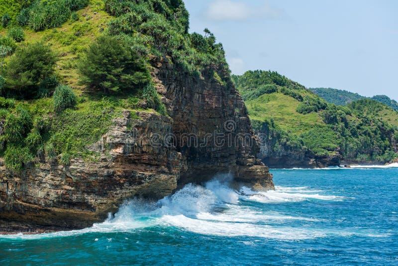 Rotsachtige kust dichtbij Timang-strand op Java royalty-vrije stock foto's