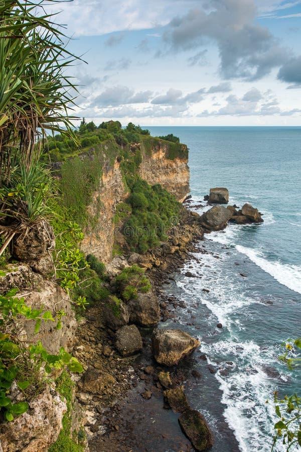 Rotsachtige kust dichtbij Timang-strand op Java stock afbeeldingen