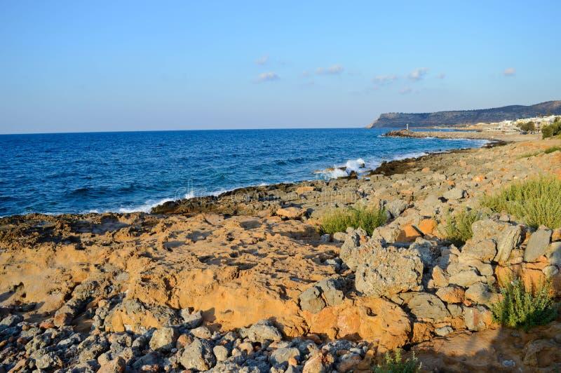 Rotsachtige kust en blauwe overzees in Kreta, Griekenland stock afbeeldingen