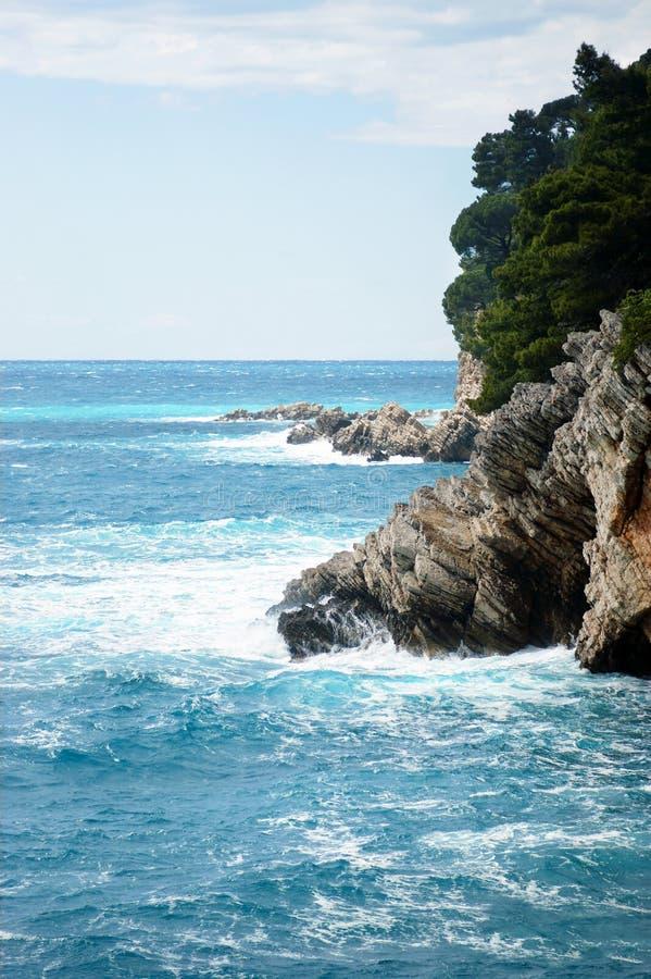 Rotsachtige kust en het Adriatische Overzees royalty-vrije stock afbeeldingen