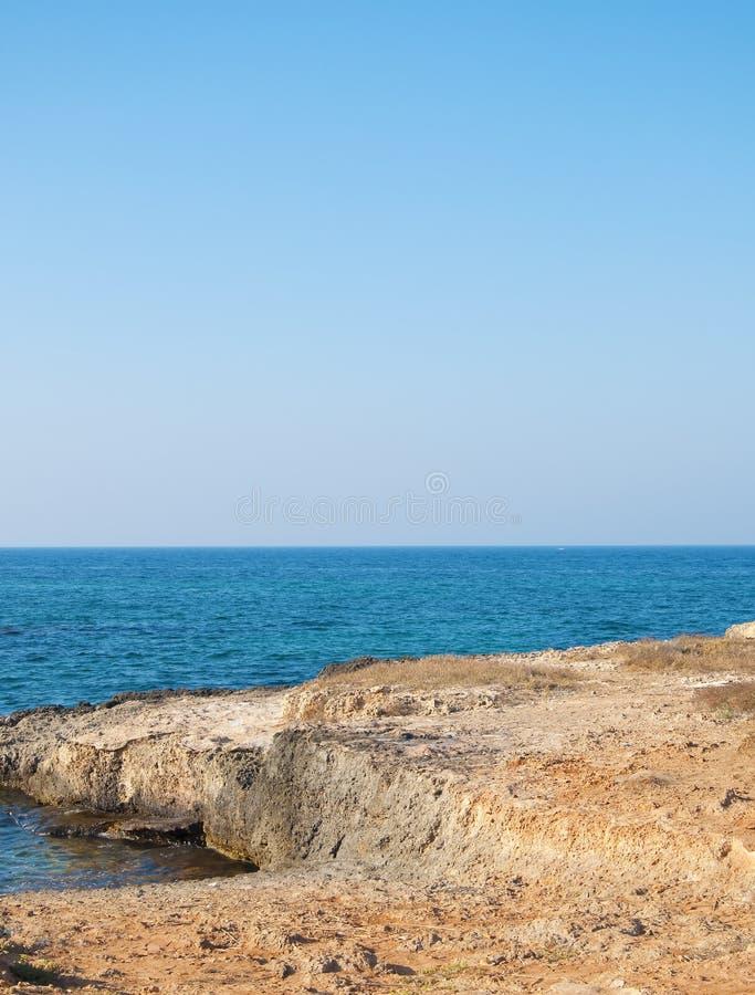 Rotsachtige kust en Overzees van Puglia royalty-vrije stock afbeelding