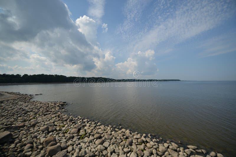 Rotsachtige kust en wolkenhemel royalty-vrije stock afbeeldingen